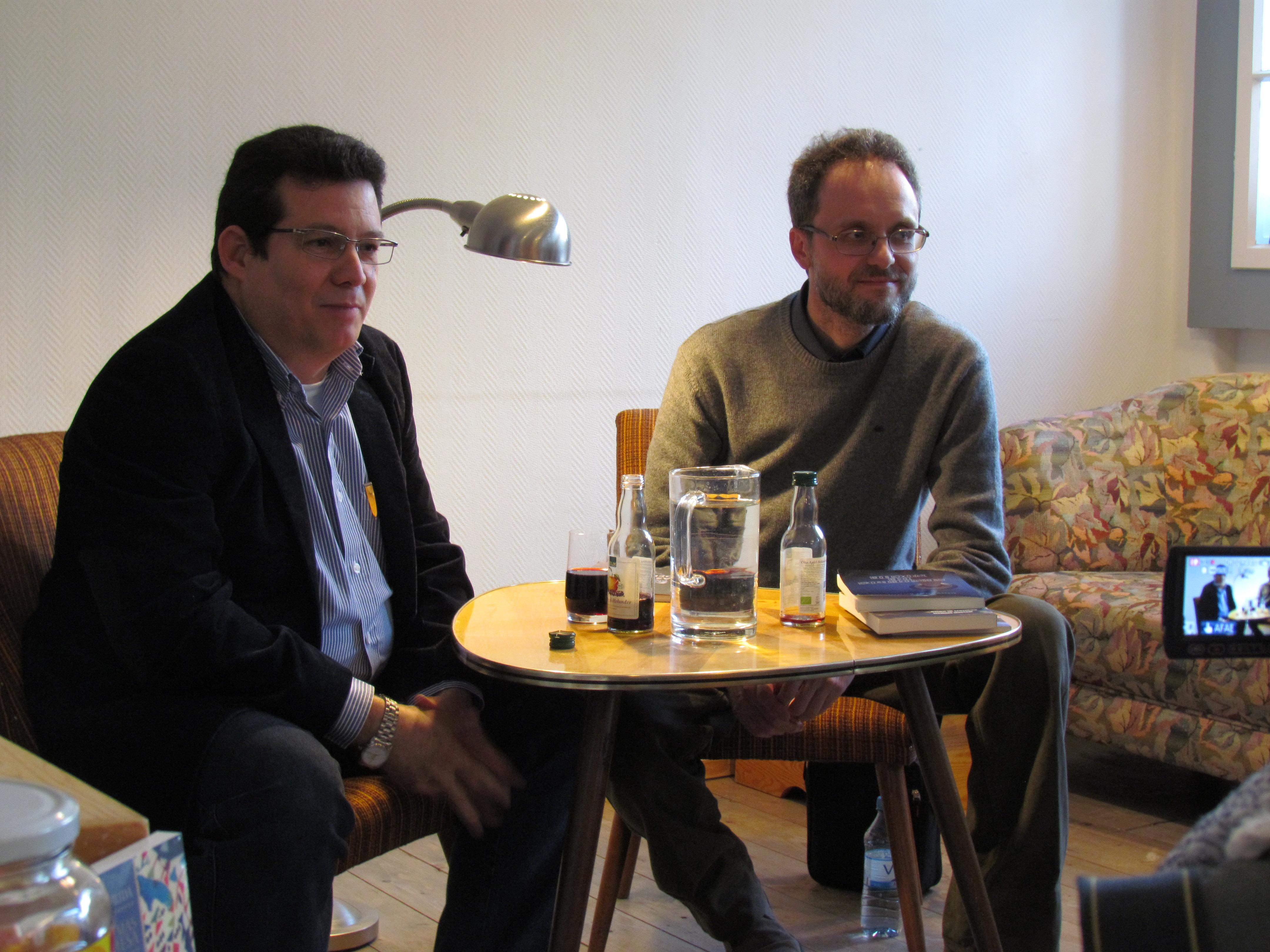 """Con Amir Valle alla libreria """"Rayuela"""" (Berlino) durante la presentazione di """"Senderos de noche"""" (foto di Gabriele Iaconis)"""