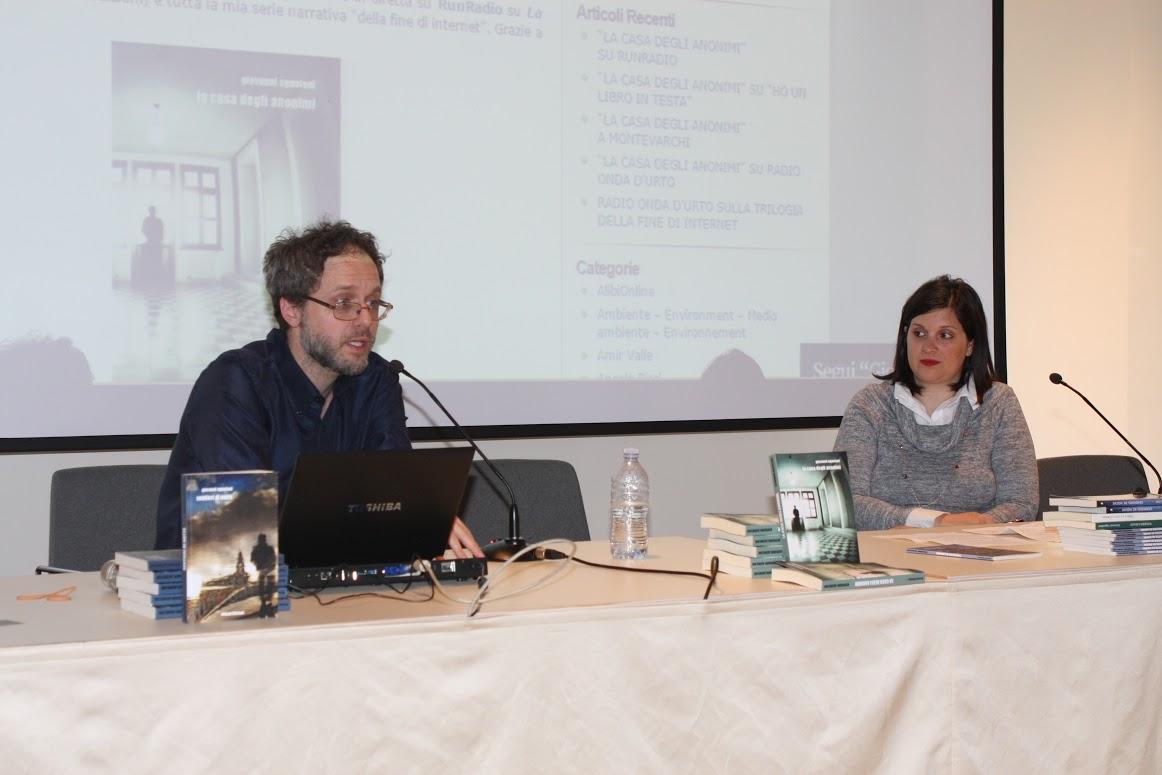 """Con la editor Adriana Ricca, presentando """"La casa degli anonimi"""" a Montevarchi il 17 aprile 2015"""