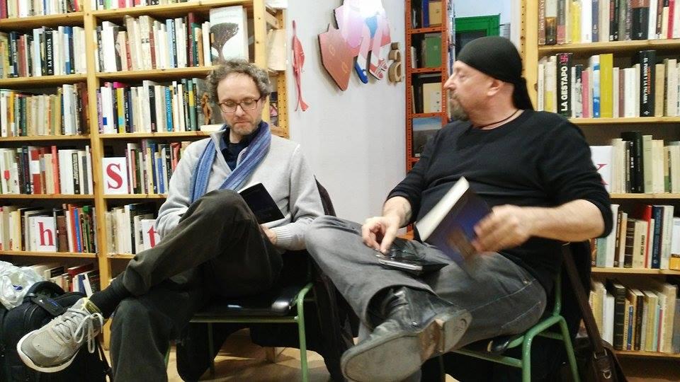 """Con lo scrittore argentino Carlos Salem durante la presentazione di """"Senderos de noche"""" a Madrid, nell'ottobre 2015 (foto di Lidice Gonzalez)"""
