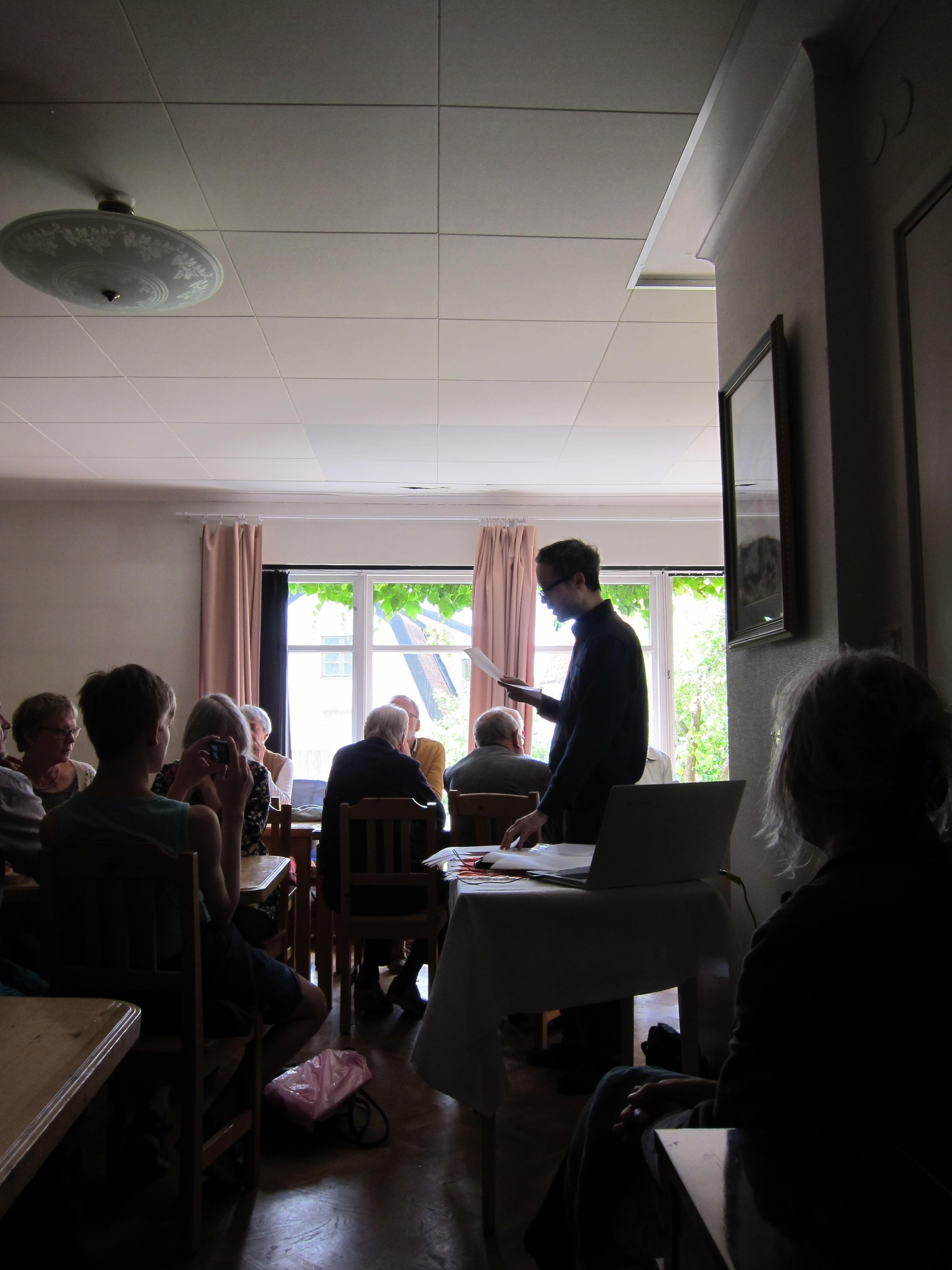 """Reading del 19 giugno 2016 a Visby (Svezia) su invito della parrocchia locale, durante la residenza presso il """"Baltic Centre for Writers and Translators"""" (foto di Vinko Möderndorfer)"""