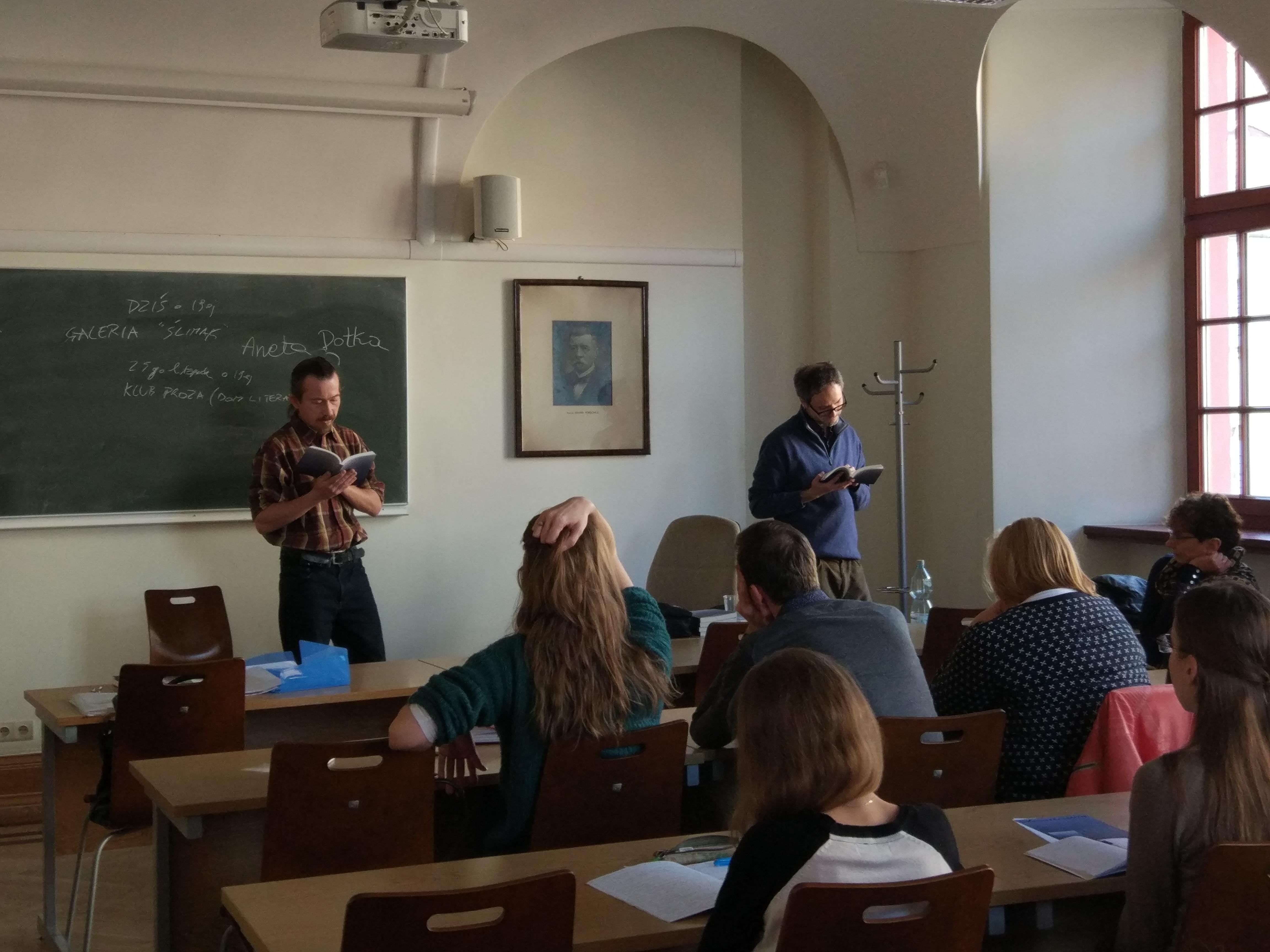 """Presentazione di """"Ścieżki nocy"""" presso l'Università di Breslavia insieme alla Prof.ssa Justyna Łukaszewicz e al coà-traduttore Krzysztof Wrona (con me nella foto) (novembre 2016)."""