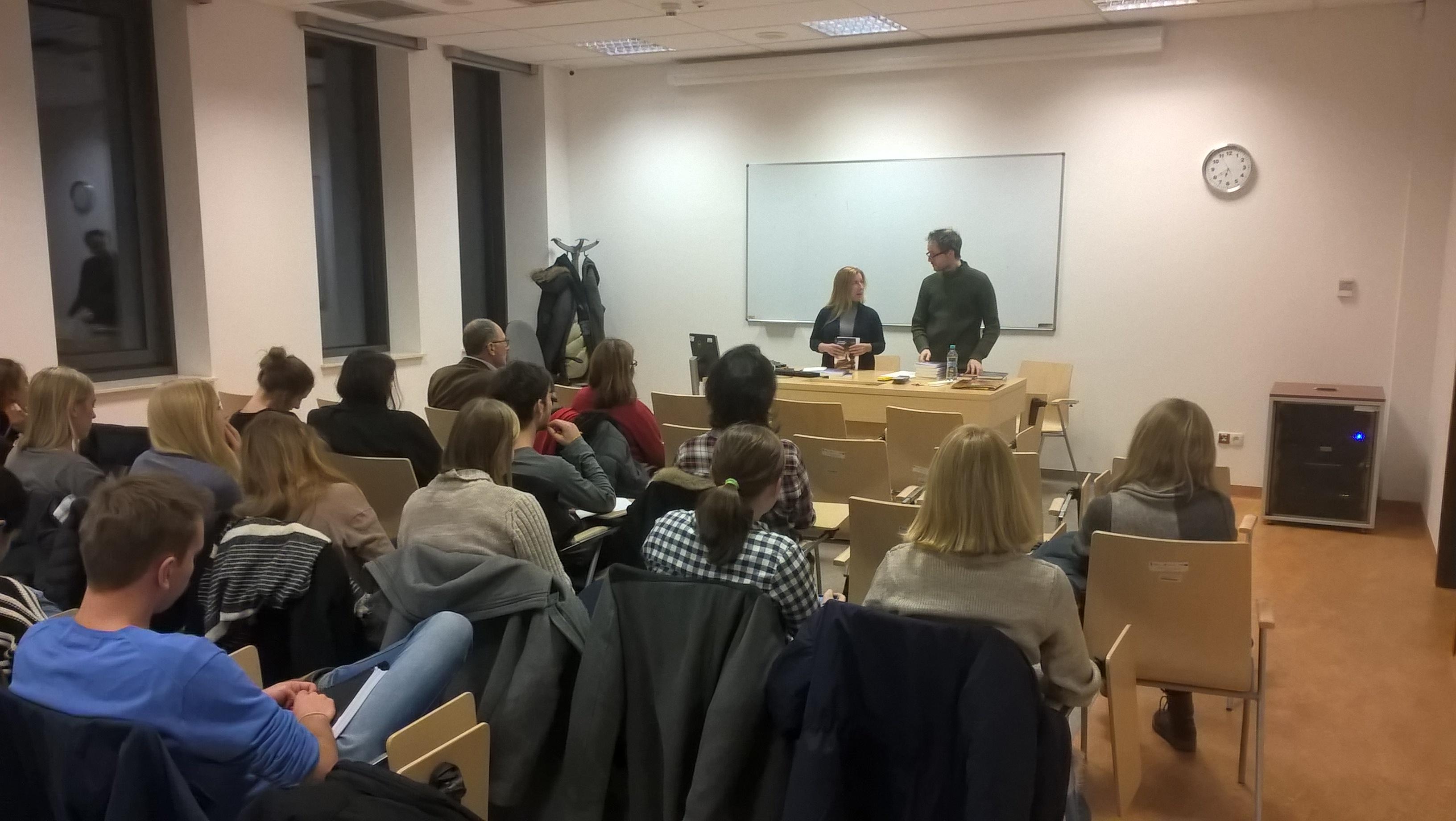 """Presentazione di """"Ścieżki nocy"""" a Cracovia, presso l'Università Jagellonica, insieme alla Dr.ssa Magda Wrana (novembre 2016)."""